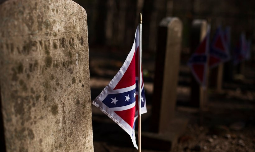 Confederate flag beside the tombstone of a Civil War soldier (Photo: Fujoshi Bijou)