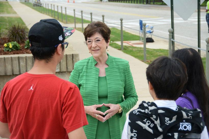 June Henton talks with students on the Auburn University campus. (Karim Shamsi-Basha/Alabama NewsCenter)