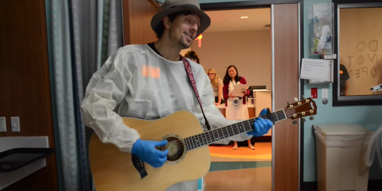 Best-selling artist holds private performance at Alabama children's hospital