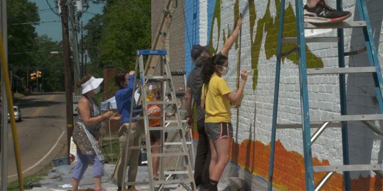 Alabama artist leads volunteers in bringing joy, creativity to Marion